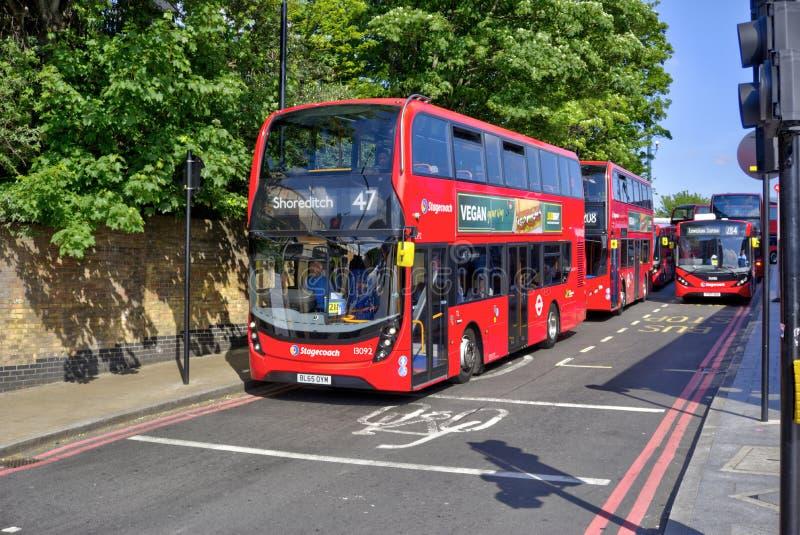 Doppelter Decker Buses Waiting, zum Lewisham des Bahnhofs zu lassen lizenzfreie stockbilder