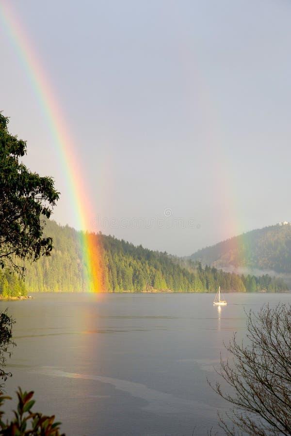 Doppelter Regenbogen über dem Meer in Montenegro stockfotografie