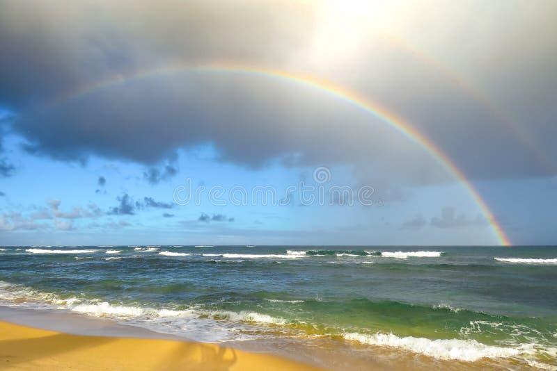 Doppelter Regenbogen über dem Strand und dem Ozean, Kapaa, Kauai, Hawaii, USA stockfotografie