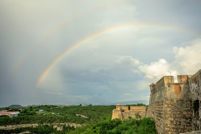 Doppelter Regenbogen über Schlosswänden Sans Pedro De La Roca, Santiago stockfoto
