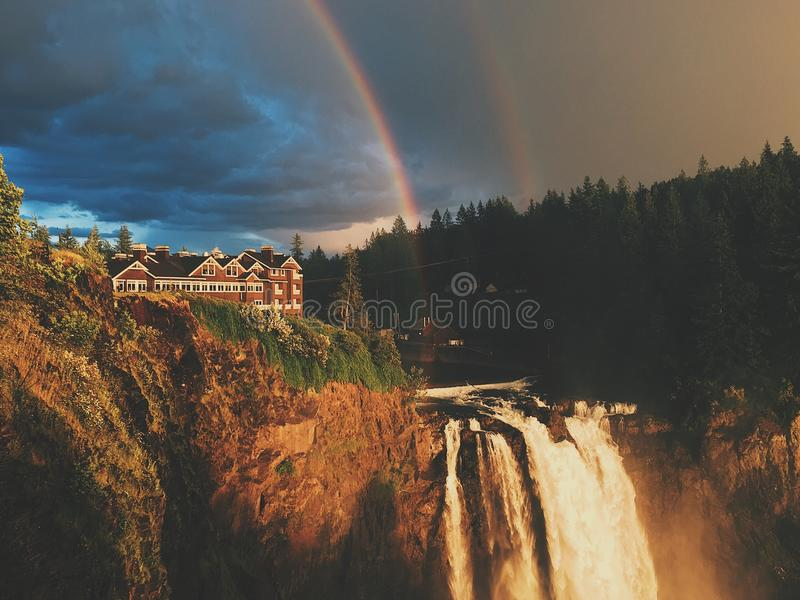 Doppelter Regenbogen an snoqualmie Fällen stockbilder