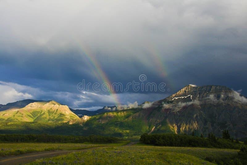 Doppelter Regenbogen in Waterton lizenzfreie stockbilder
