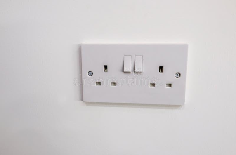 Doppelter Sockel des elektrischen Steckers mit zwei Schaltern, zum an und abzustellen lizenzfreies stockbild