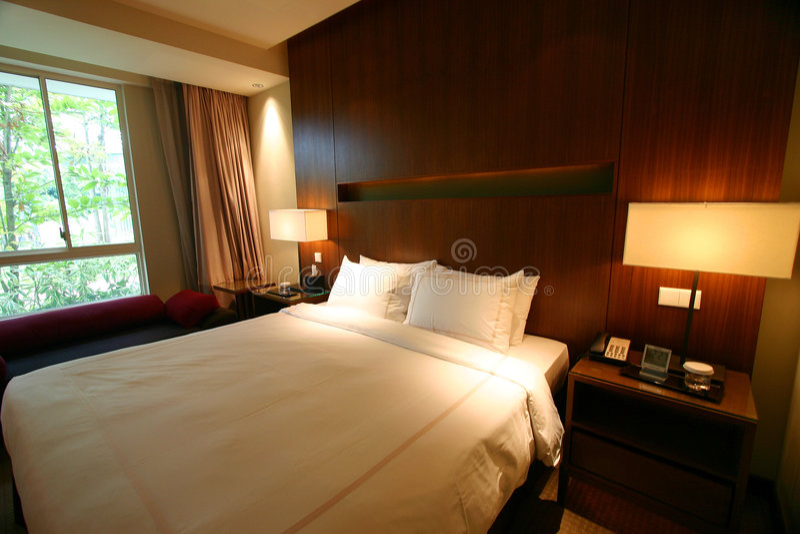 Doppeltes Bett des Hotelschlafzimmers stockfoto