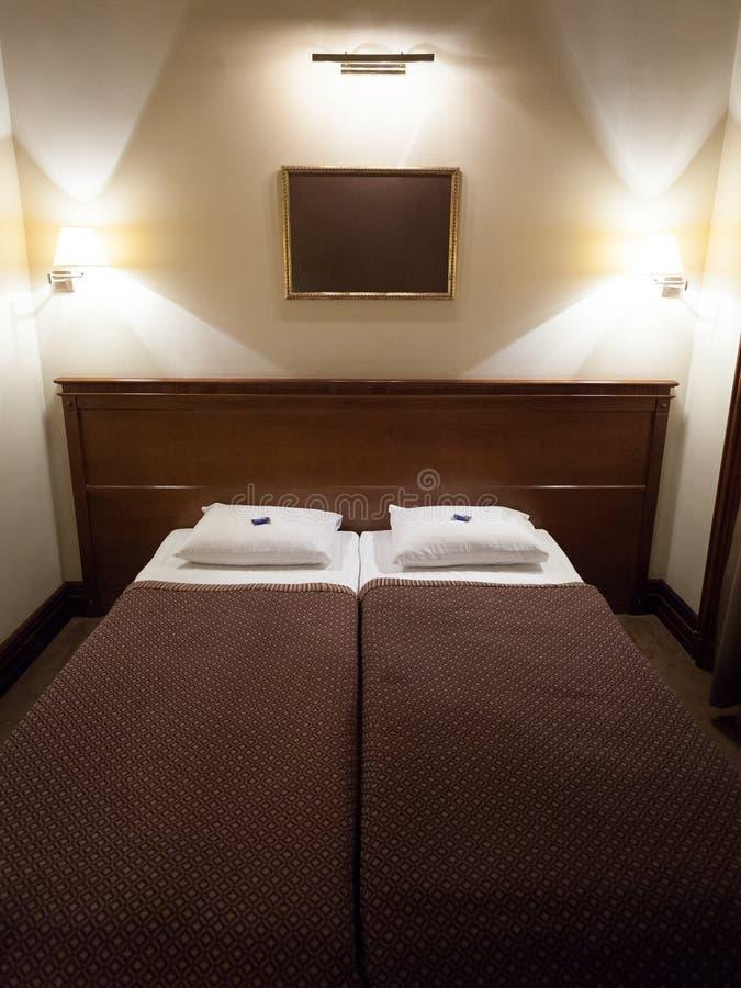 Doppeltes Bett im Hotelzimmer stockfotografie