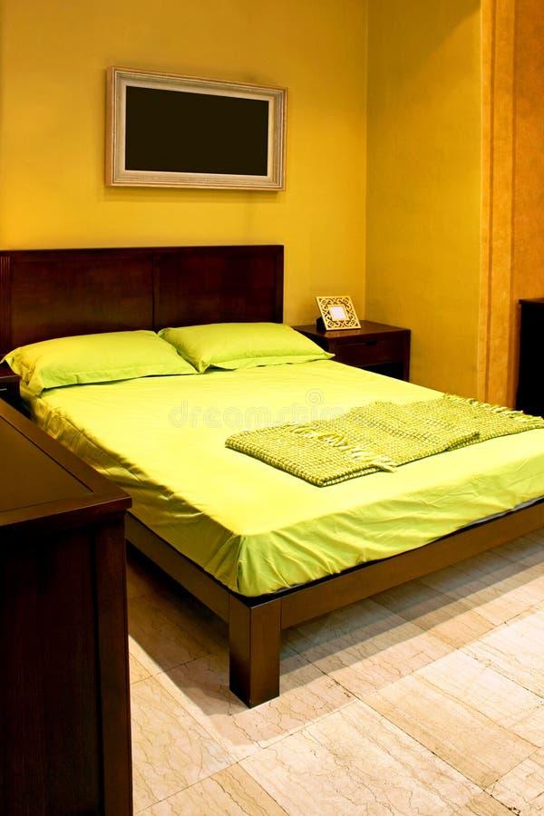 Doppeltes grünes Bett stockfotografie