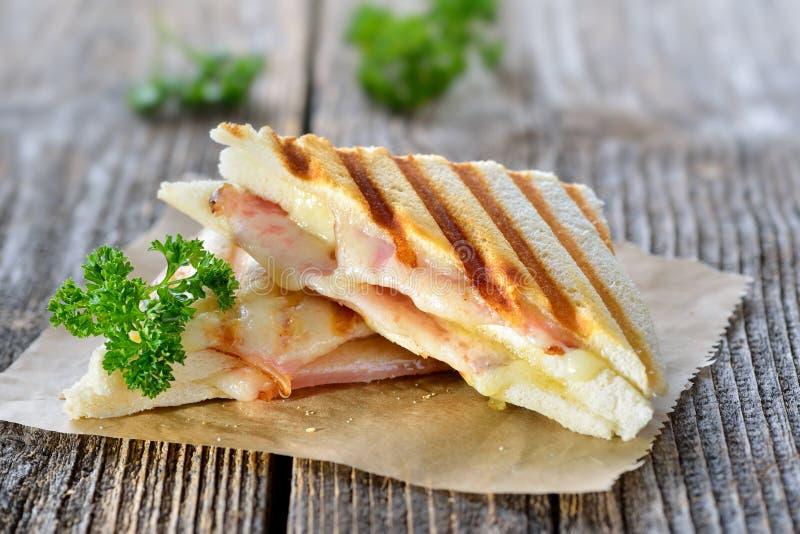 Doppeltes panini mit Schinken und Käse stockfotos