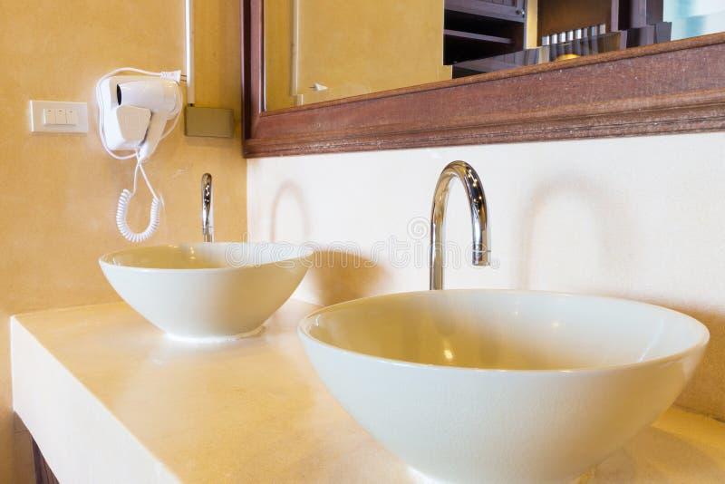 Doppelwaschbecken lizenzfreie stockbilder
