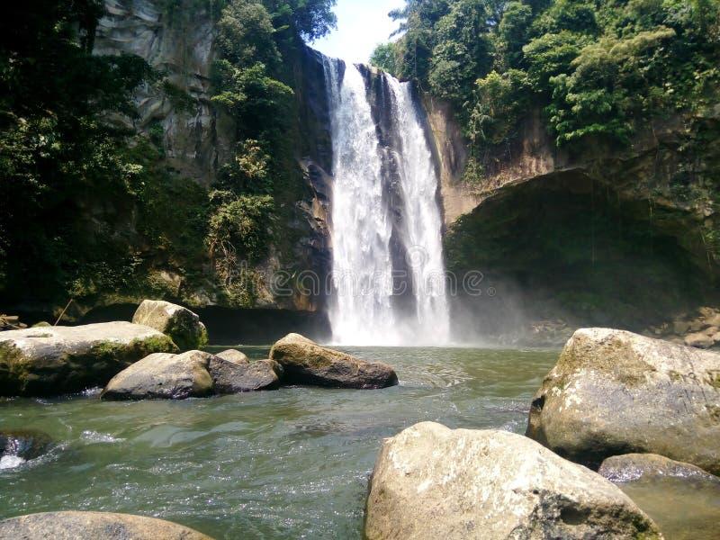Doppelwasserfall - Hatonduhan lizenzfreie stockbilder