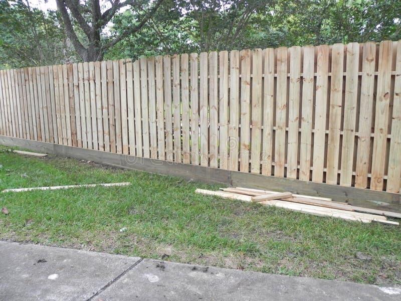 Doppi recinti dell'iarda laterale per proteggere la vostra proprietà fotografie stock libere da diritti