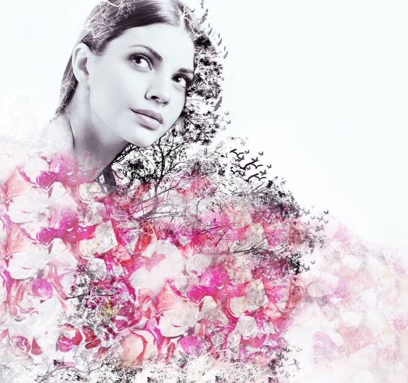 Doppia esposizione astratta della donna e del petalo attraenti delle rose fotografia stock libera da diritti