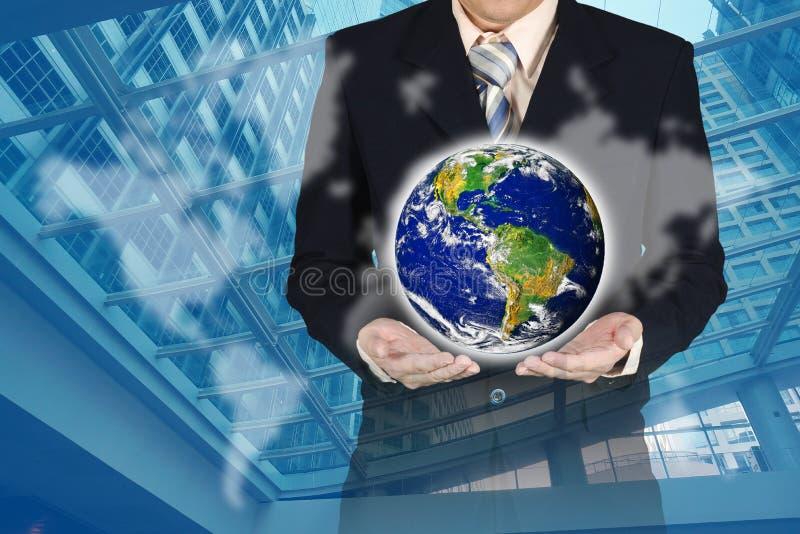 Doppia esposizione del pianeta della tenuta dell'uomo d'affari con il grafico e il wor royalty illustrazione gratis