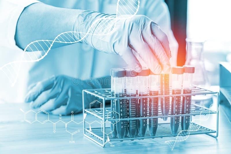 Doppia esposizione del tubo w della prova di laboratorio di scienza e del microscopio immagine stock libera da diritti