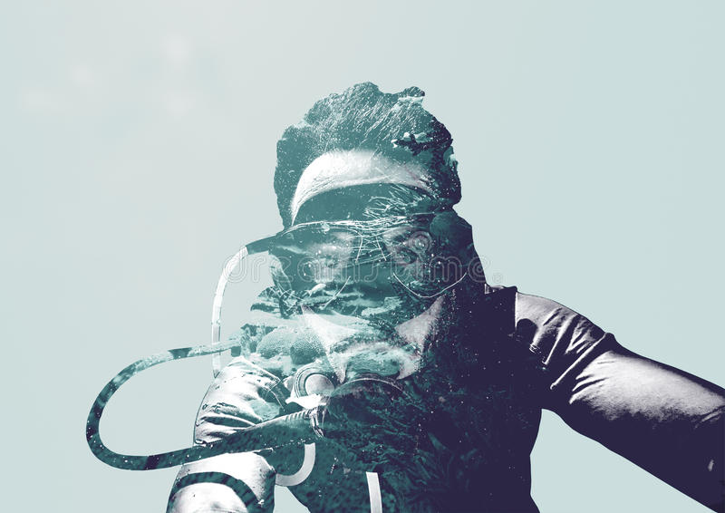 Doppia esposizione dell'operatore subacqueo nell'oceano fotografia stock