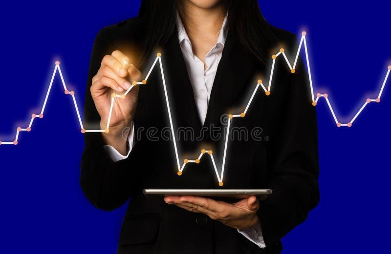 Doppia esposizione dell'uomo d'affari che usando i grafici del mercato azionario e della compressa fotografia stock libera da diritti