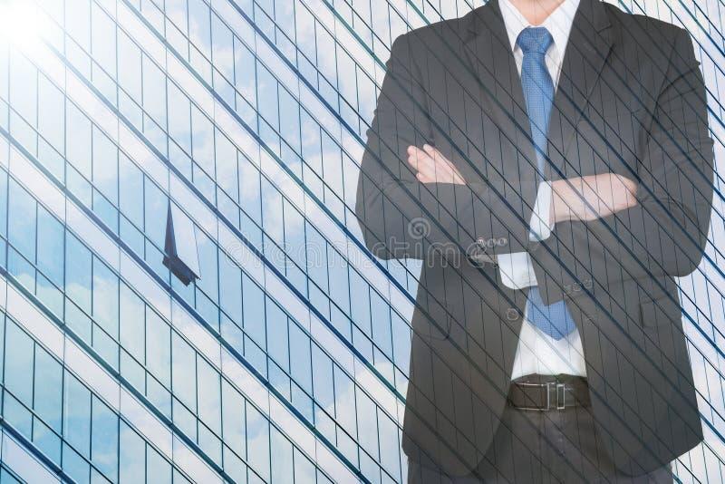 Doppia esposizione dell'uomo d'affari con il vetro di costruzione di paesaggio urbano immagini stock libere da diritti