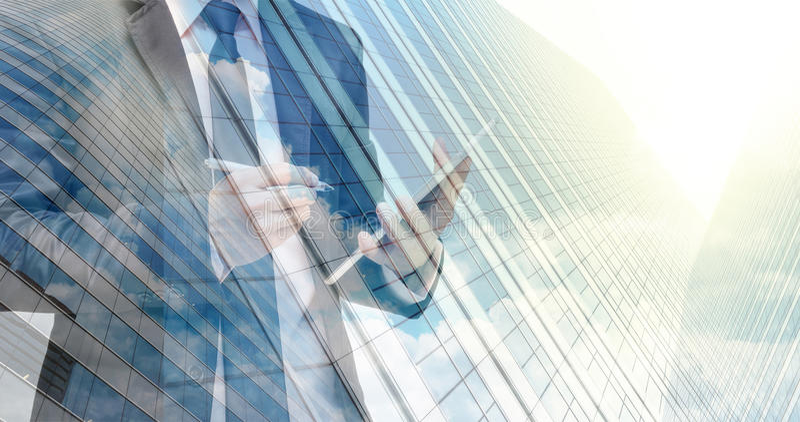 Doppia esposizione dell'uomo d'affari con il vetro di costruzione di paesaggio urbano fotografia stock libera da diritti