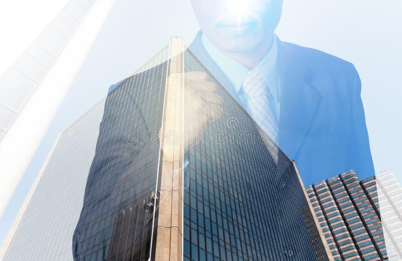 Doppia esposizione dell'uomo d'affari con paesaggio urbano, Busi di vetro moderno immagini stock