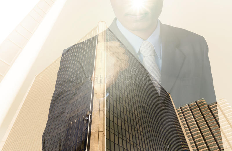 Doppia esposizione dell'uomo d'affari con paesaggio urbano, Busi di vetro moderno fotografie stock libere da diritti