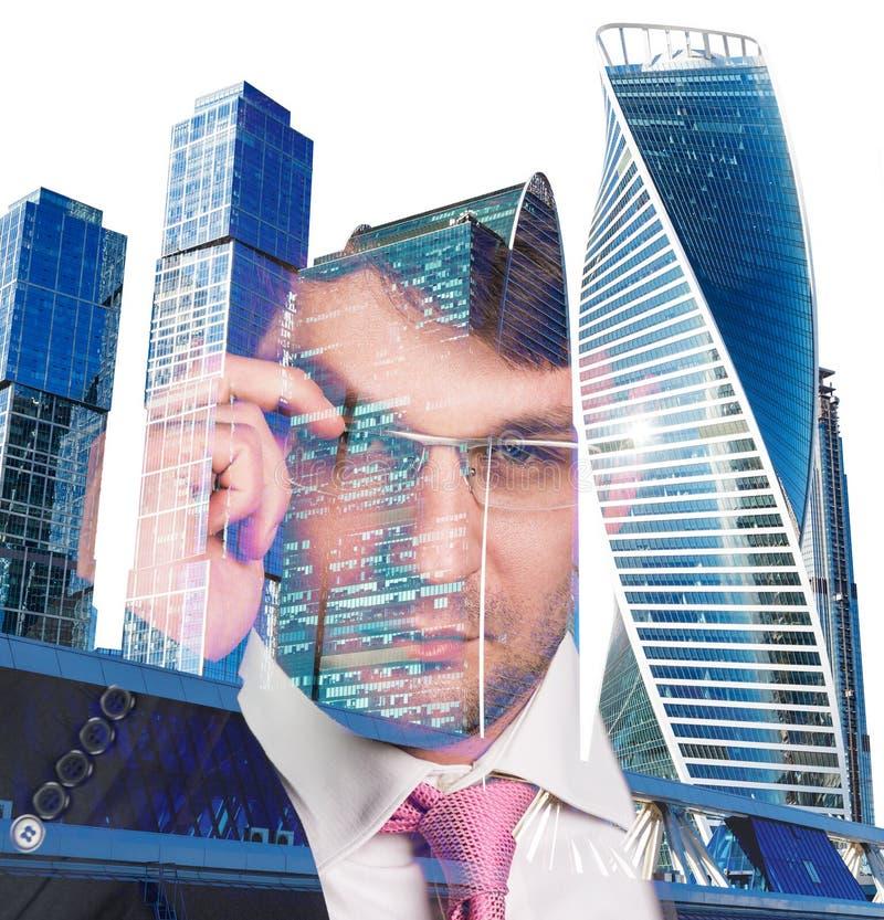 Doppia esposizione dell'uomo d'affari e del fondo di paesaggio urbano immagine stock