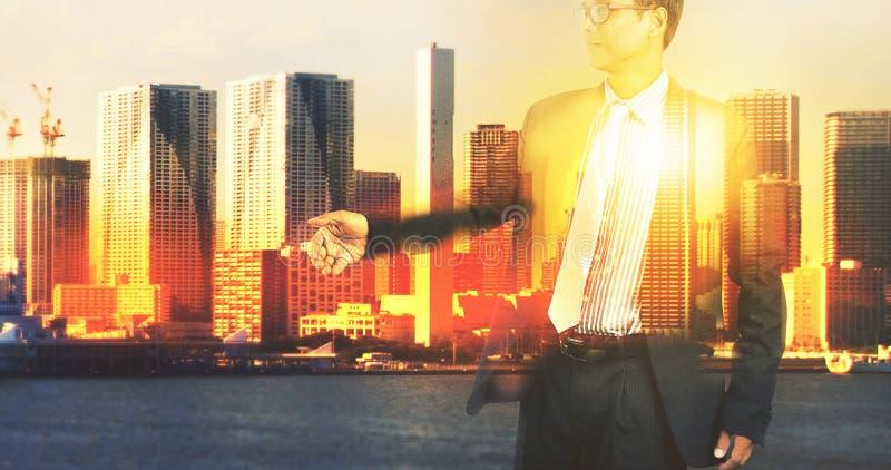 Doppia esposizione dell'uomo di affari e della scena urbana dell'edificio per uffici fotografia stock
