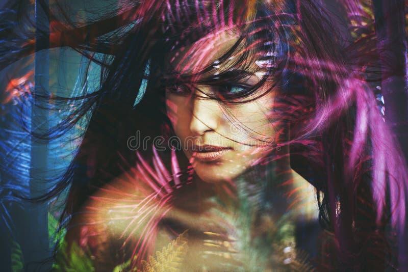Doppia esposizione della donna del ritratto selvaggio di bellezza fotografia stock
