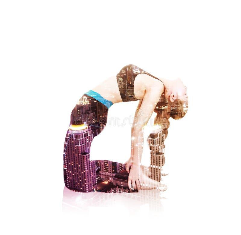 Doppia esposizione della donna di yoga contro la città isolata su bianco fotografie stock