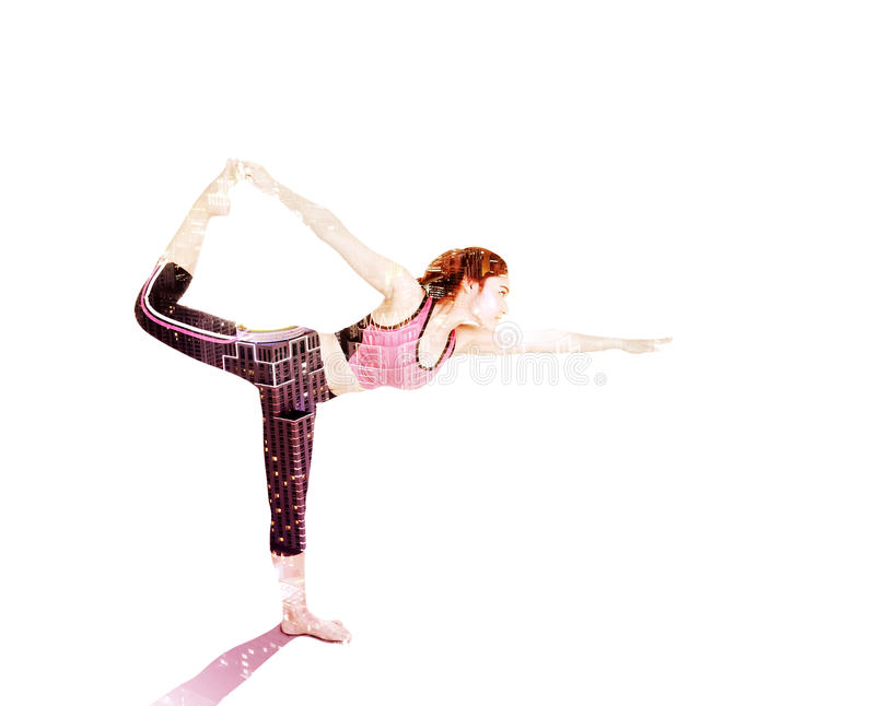 Doppia esposizione della donna di yoga contro la città isolata su bianco immagini stock libere da diritti
