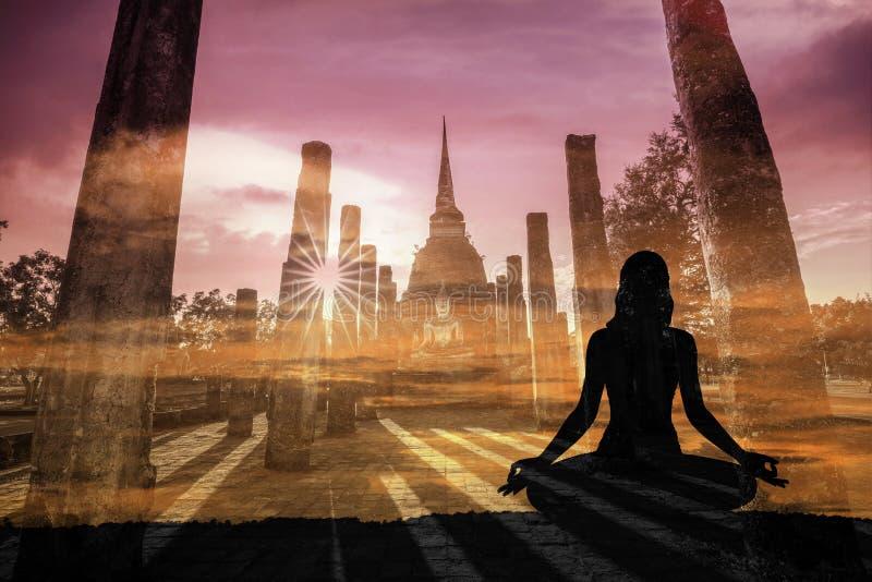 Doppia esposizione della donna di yoga della siluetta contro il histor di Sukothai immagine stock libera da diritti