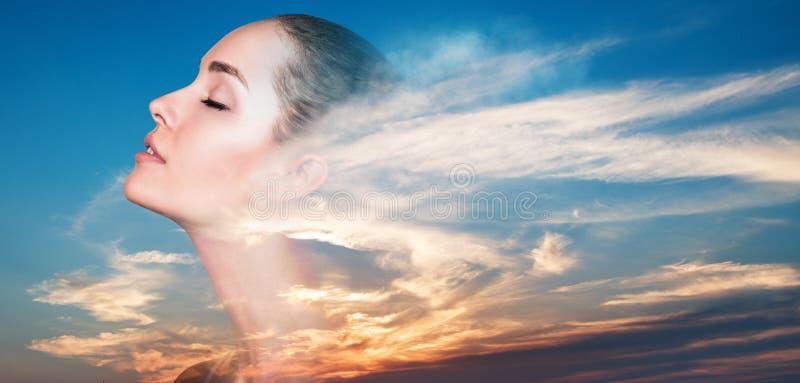 Doppia esposizione della donna e di bello tramonto fotografia stock