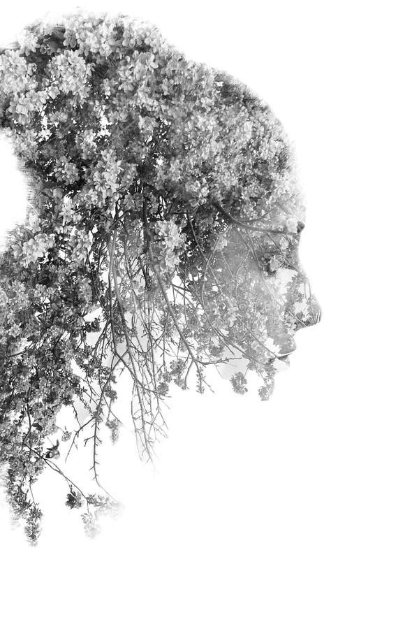 Doppia esposizione di giovane bella ragazza fra le foglie e gli alberi Il ritratto di signora attraente si è combinato con la fot fotografie stock libere da diritti