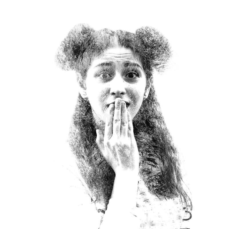 Doppia esposizione di giovane bella ragazza Ritratto dipinto di un fronte femminile Maschera isolata su priorità bassa bianca Sgu fotografia stock