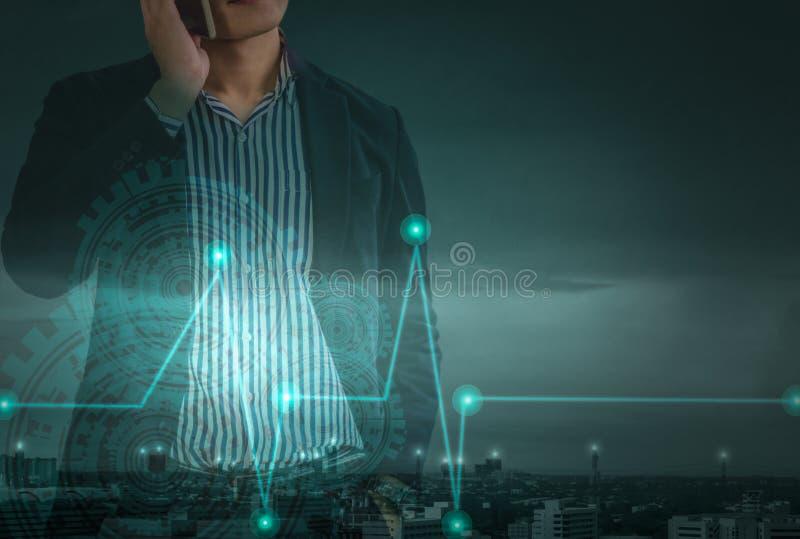 Doppia esposizione - giovane uomo d'affari asiatico che sta sul telefono, concetto di direzione in mondo degli affari moderno immagine stock