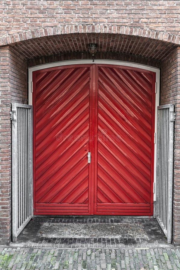 Doppia porta rossa costruita in una parete fotografia stock libera da diritti