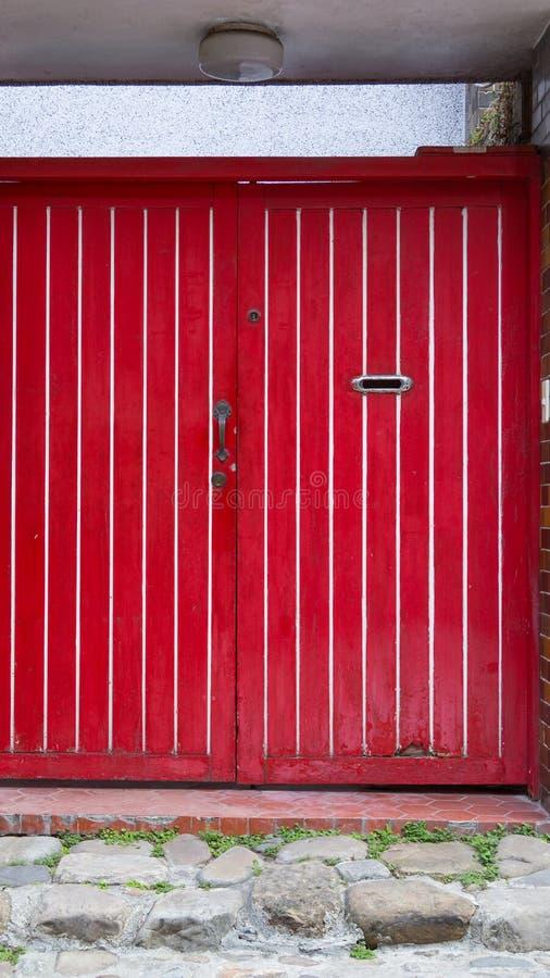 Doppie porte del pannello di legno rosso fotografia stock