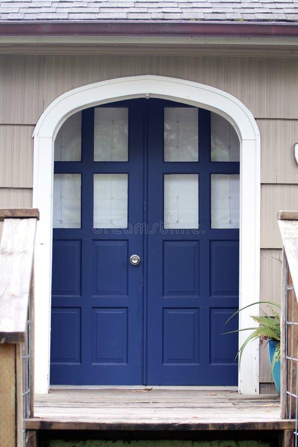 Doppie porte dell'entrata anteriore blu accanto al raccordo di scossa fotografie stock libere da diritti