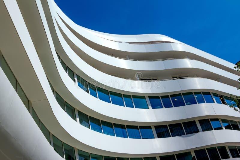 Doppio albero da Hilton Hotel alle UOVA ultra-moderne complesse a Wroclaw immagini stock