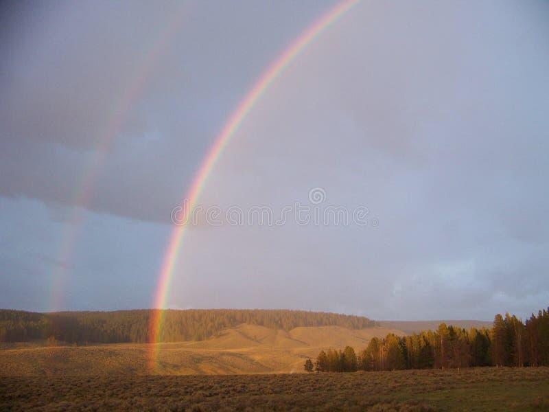Doppio arcobaleno attraverso il cielo immagine stock