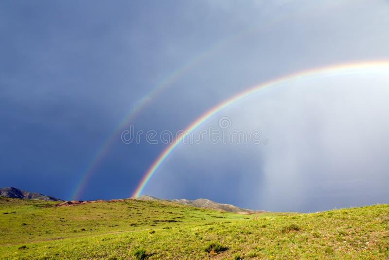 Doppio arcobaleno in Mongolia fotografia stock