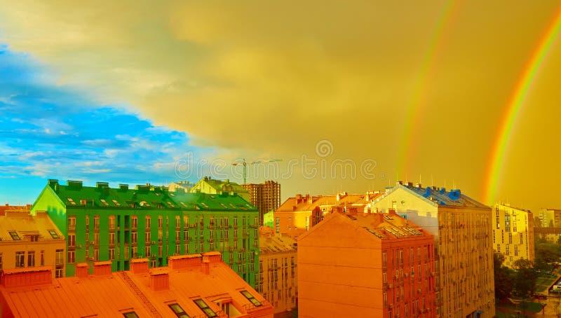 Doppio arcobaleno sopra la città immagine stock libera da diritti