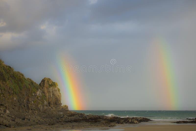 Doppio arcobaleno sulle spiagge della Nuova Zelanda fotografie stock libere da diritti