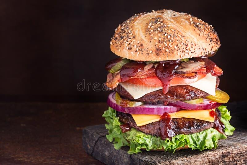 Doppio cheeseburger di lusso fotografia stock libera da diritti