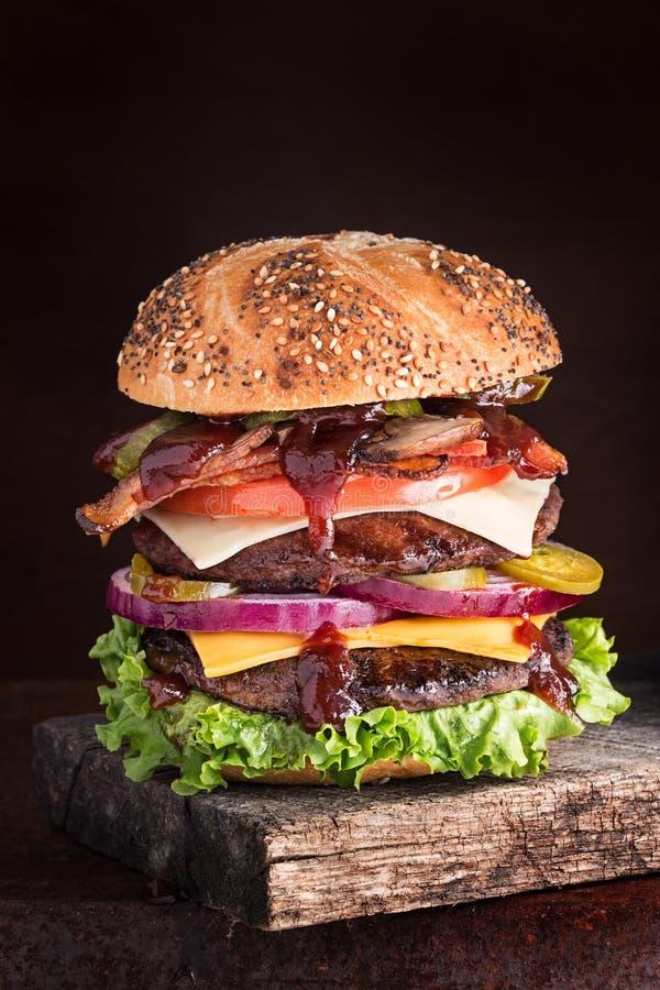Doppio cheeseburger di lusso immagine stock