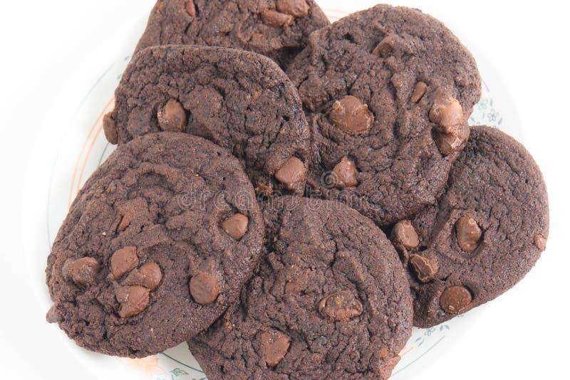 Doppio cioccolato Chip Cookies su un piatto immagini stock libere da diritti