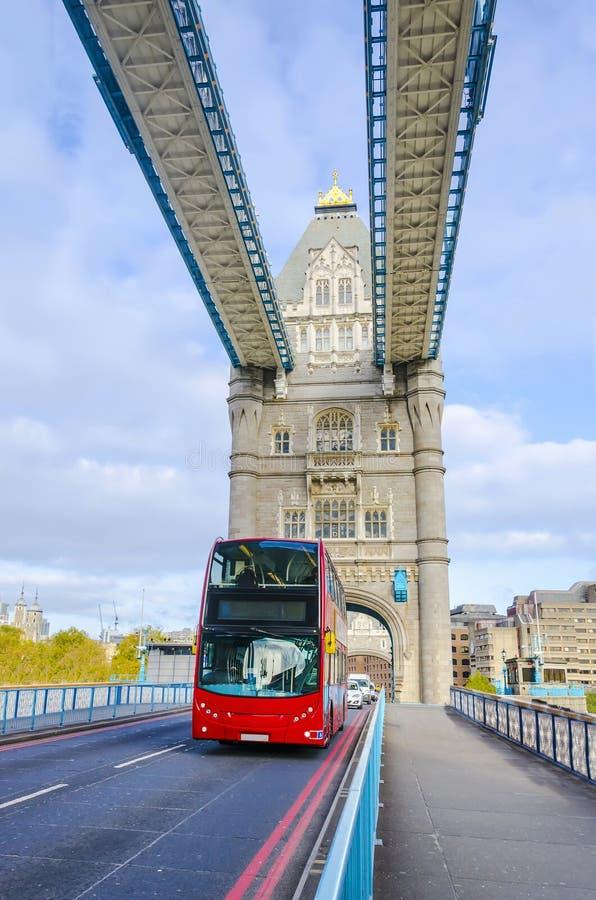 Doppio Decker Bus sul ponte della torre fotografia stock libera da diritti