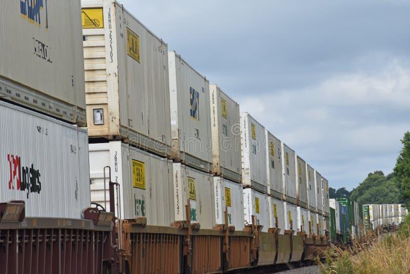 Doppio del trasporto del contenitore del treno di Intermomdal impilato fotografia stock libera da diritti