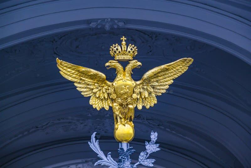 Doppio Eagle - emblema della Russia sul palazzo di inverno del portone a St Petersburg fotografie stock