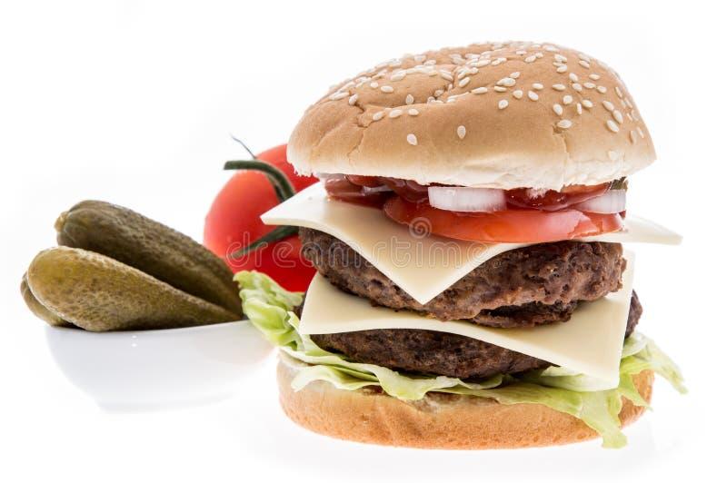 Doppio hamburger con gli ingredienti immagine stock