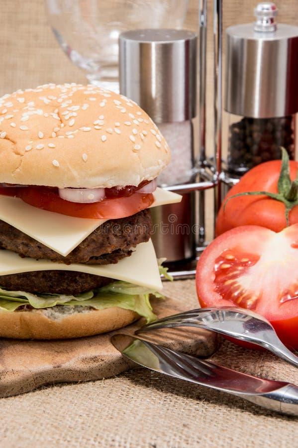 Doppio hamburger su fondo rustico fotografia stock