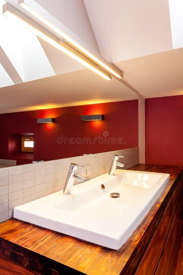 Doppio lavandino in bagno moderno immagine stock for Lavandino bagno moderno